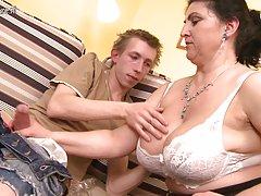 gyönyörű anya basznak fiatal fiú és a zsákállatok